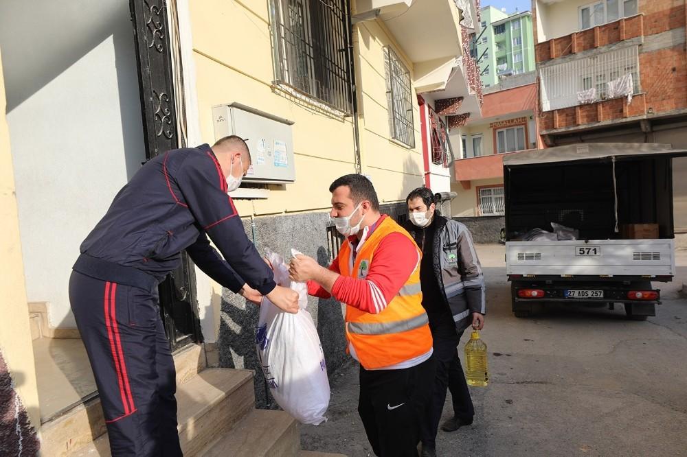 Şehitkamil'den pandemi mağduru esnafa gıda desteği