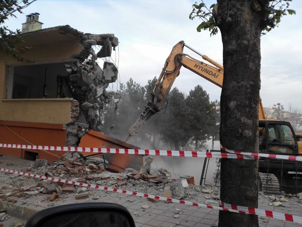 Tosya'da depreme dayanıksız okulların yıkımı sürüyor