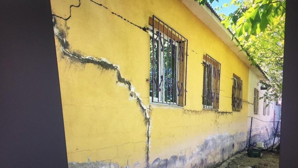 Çiğli'de Toprak Kayması, Bazı Evlerde Hasar Oluşturdu