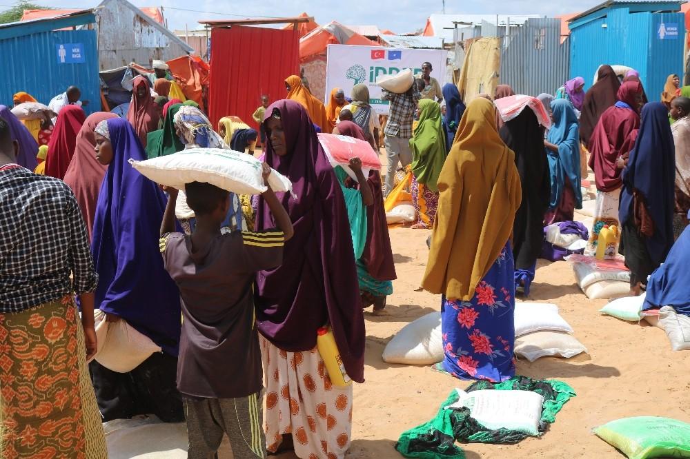 Türk hayırseverlerin yardımlarıyla Somalili sel mağdurlarının yaraları sarılıyor
