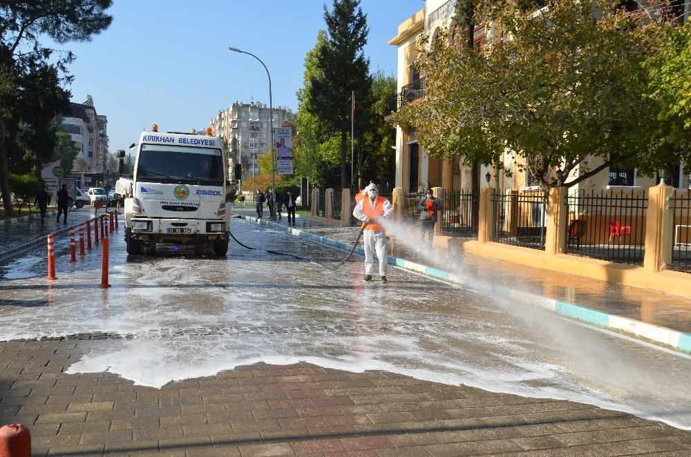 Üç bin kişinin karantinada olduğu ilçede caddeler yıkanıyor