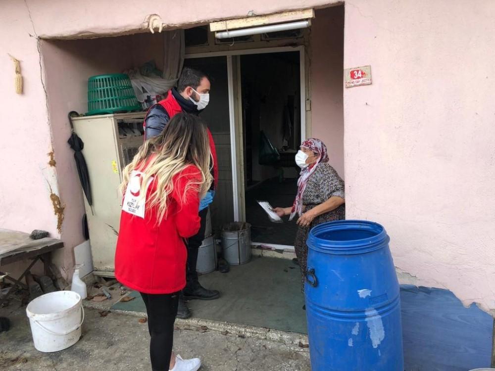Vefa Sosyal Destek ekibi ihtiyaç sahibi ailelerin yanında