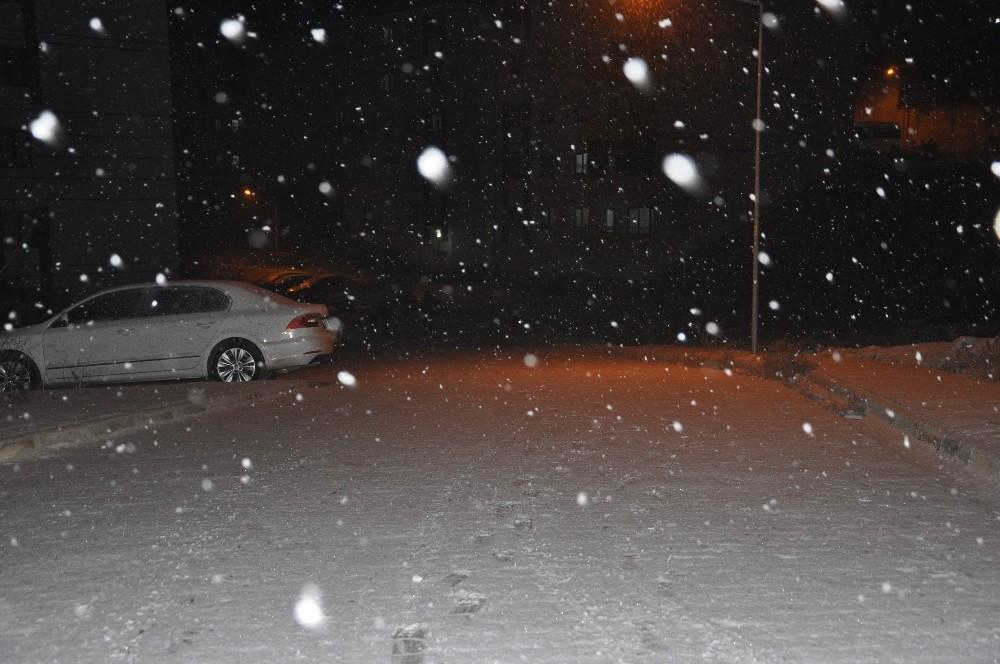 Yüksekova'da kar yağışı başladı