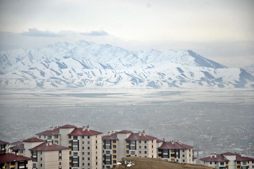 Yüksekova'da karlı dağların güzelliği