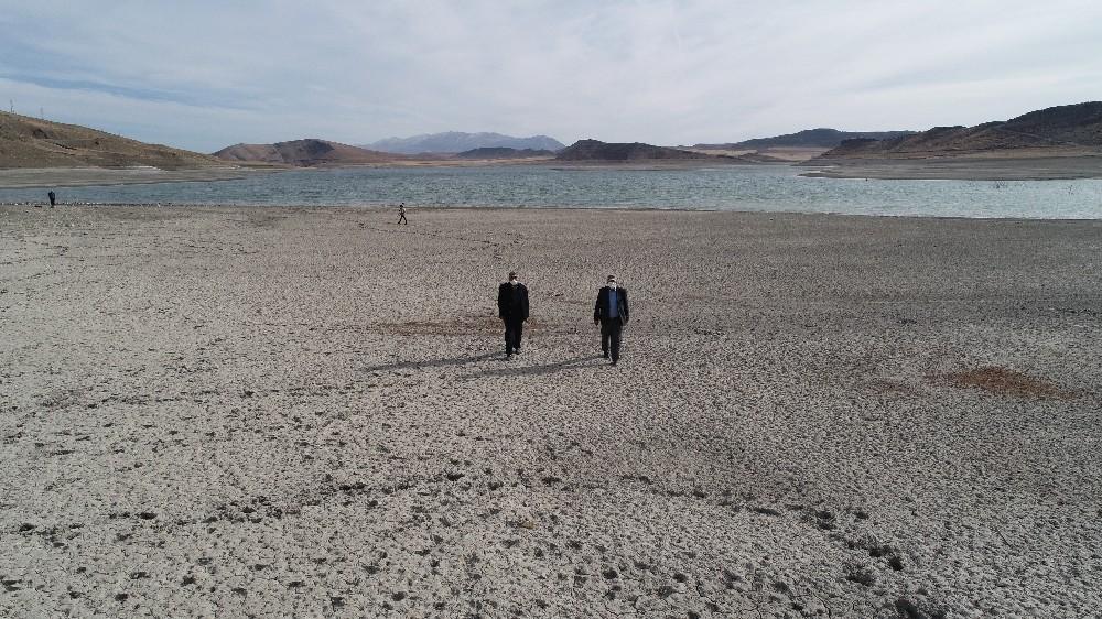Yüzmeye korktukları barajın üzerinde yürüyorlar