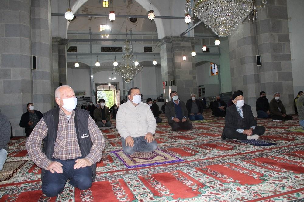 622 yıllık tarihi Bergama Ulu Camii'nde yeni yılın ilk cuma namazı
