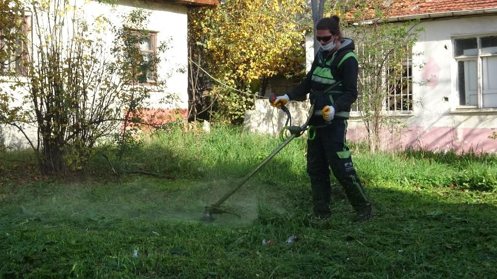 80 saatlik kısıtlamada 65 yaş üstü vatandaşların bahçelerinin bakımı yapıldı