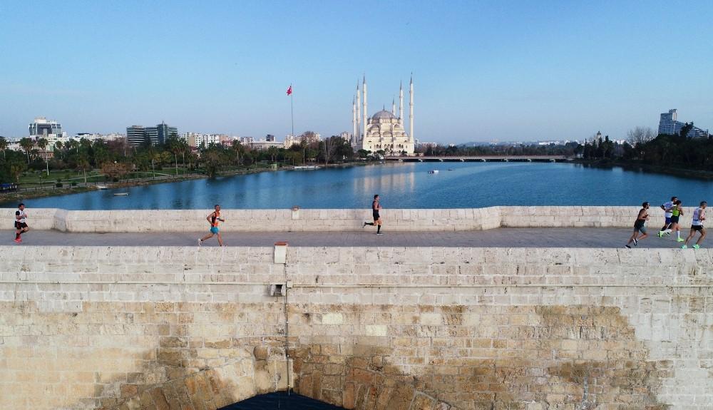 Adana Kurtuluş Yarı Maratonu' kentin tarihi dokusunu yansıttı