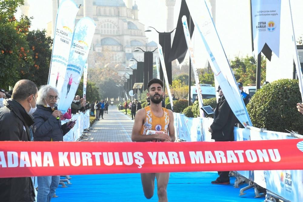Adana'da, 11. Kurtuluş Yarı Maratonu koşuldu