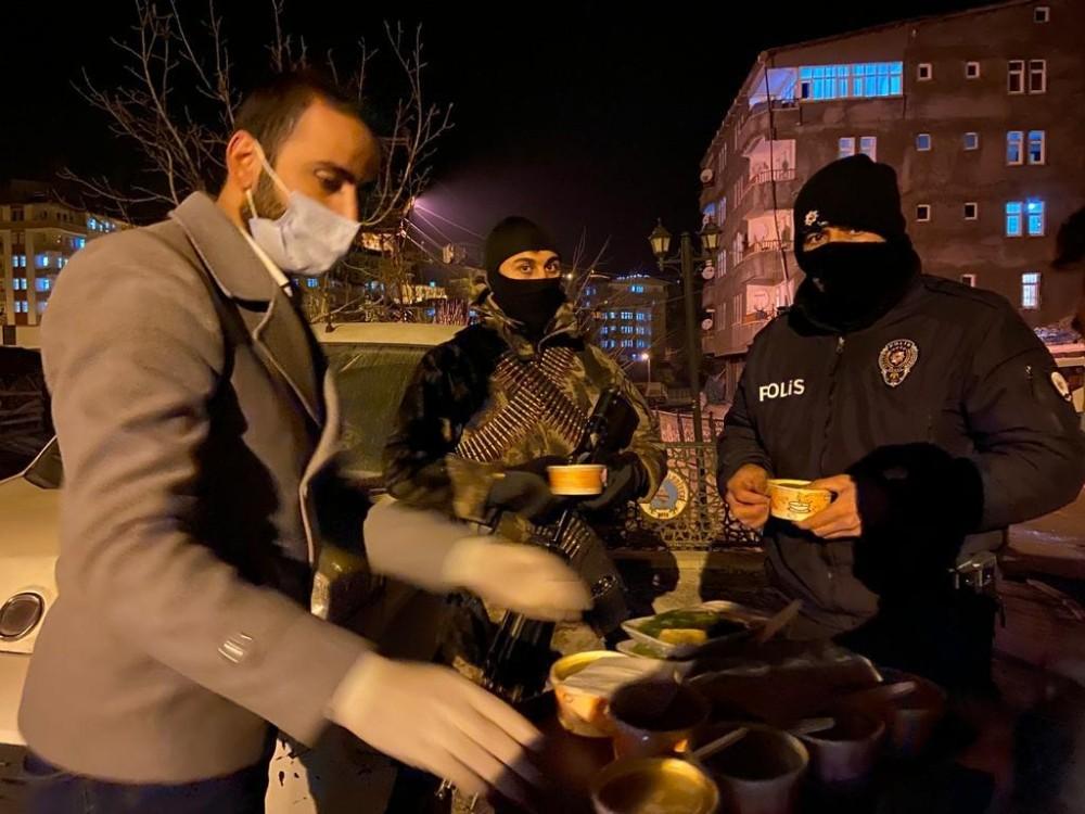 Ak gençlerden güvenlik güçlerine çorba ikramı