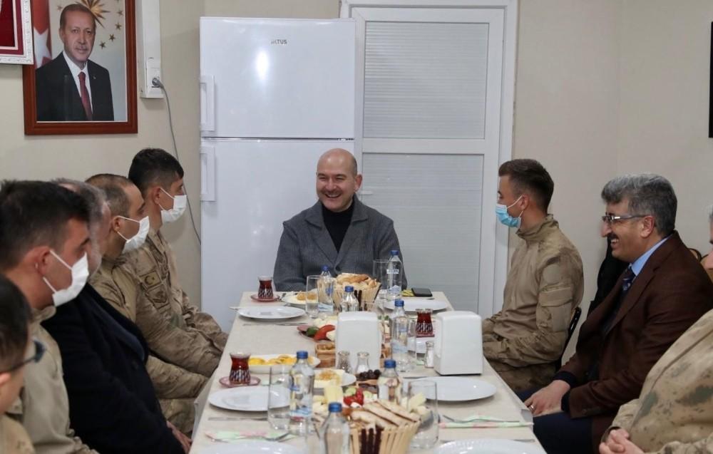 Bakan Soylu yılın ilk kahvaltısını üs bölgesindeki askerlerle yaptı