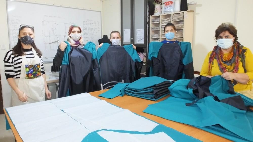 Balıkesir'de sağlık çalışanlarına koruyucu önlük dikmek için gönüllü oldular
