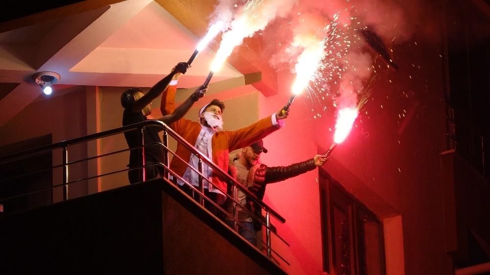 Balkonda meşale yaktılar, İstiklal Marşı söyleyerek yeni yıla girdiler