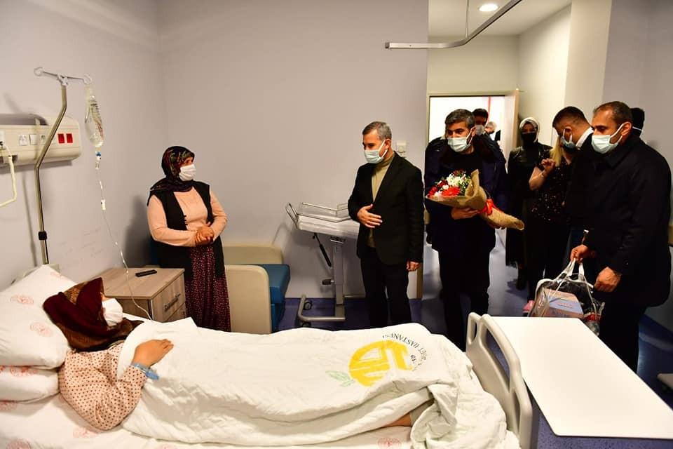 Başkan Çınar, yeni yılın ilk bebeklerini ziyaret etti