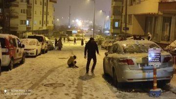 Başkent'te kar yağışı sokak kısıtlamasını unutturdu