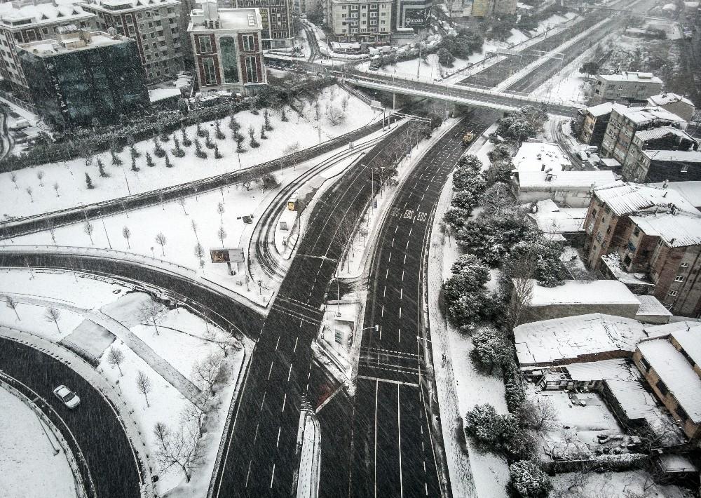 Beyaz örtü ile kaplanan İstanbul havadan görüntülendi