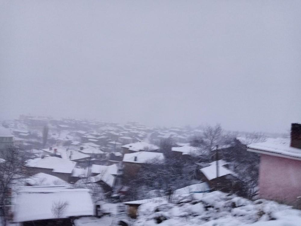 Bilecik'in yüksek kesimlerine yılın ilk karı yağdı