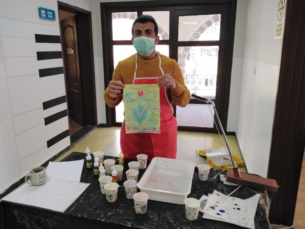 Bilgi Evi öğrencilerinden ebru sanatına yoğun ilgi