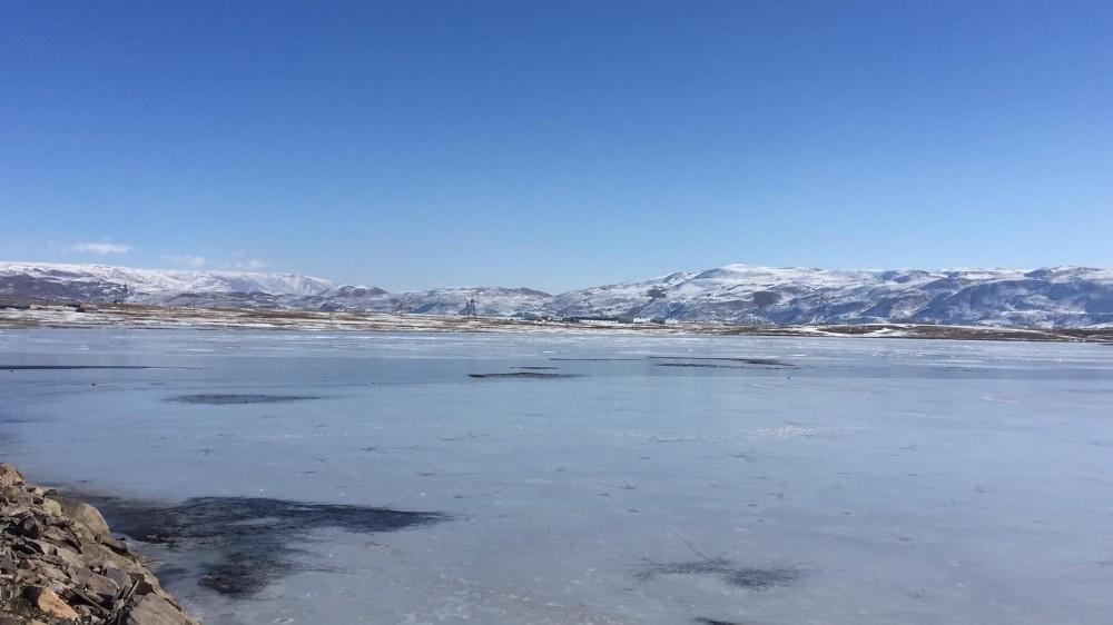 Bingöl Karlıova'da gölet buz tuttu