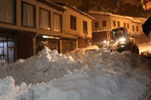 Bitlis Belediyesinin karla mücadelesi gecede devam ediyor