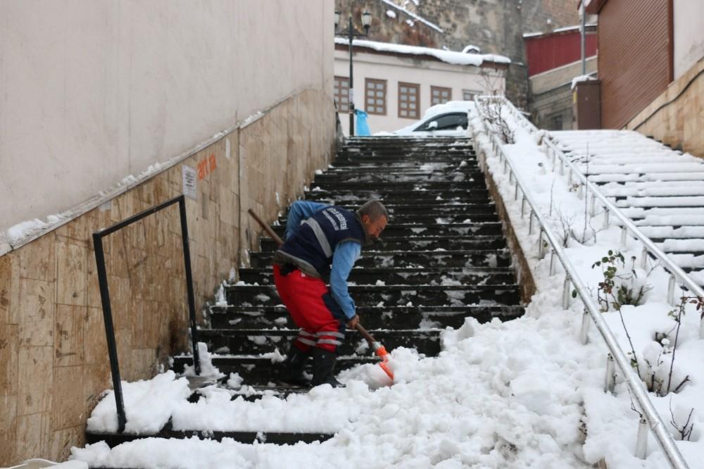 Bitlis'te günde 200 kamyon kar şehir dışına taşınıyor