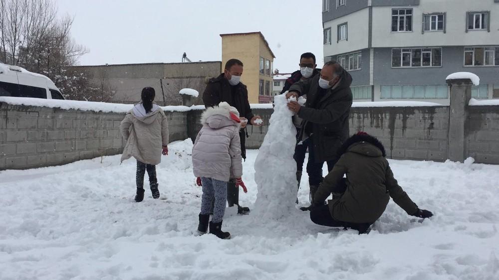 Zabıtalar Çocuklarla Birlikte Kardan Adam Yaptılar