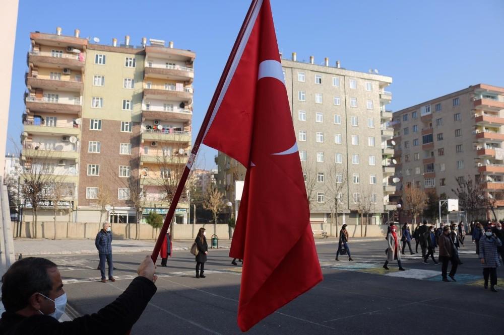 Diyarbakır'da bayrak töreni eşliğinde İstiklal Marşı okundu