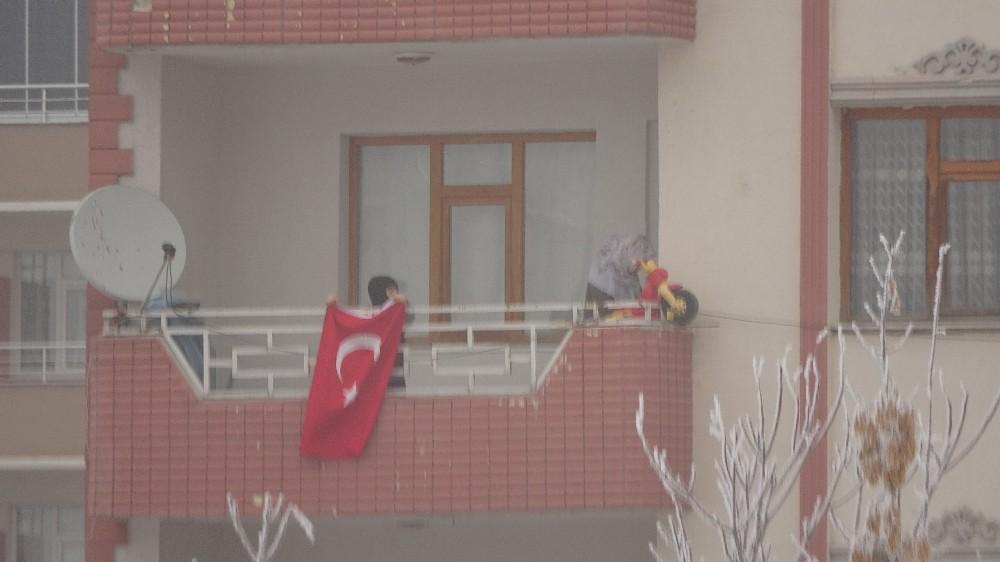 Dondurucu soğukta yürekleri ısıtan bayrak töreni