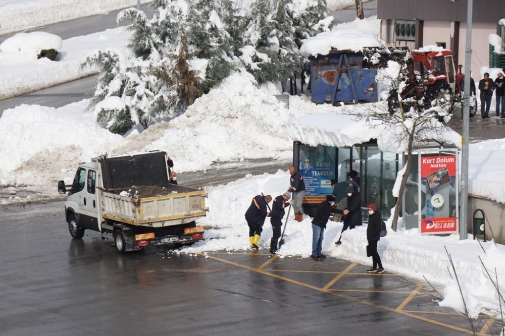 Düzce Belediyesi ekiplerinin kar temizliği sürüyor