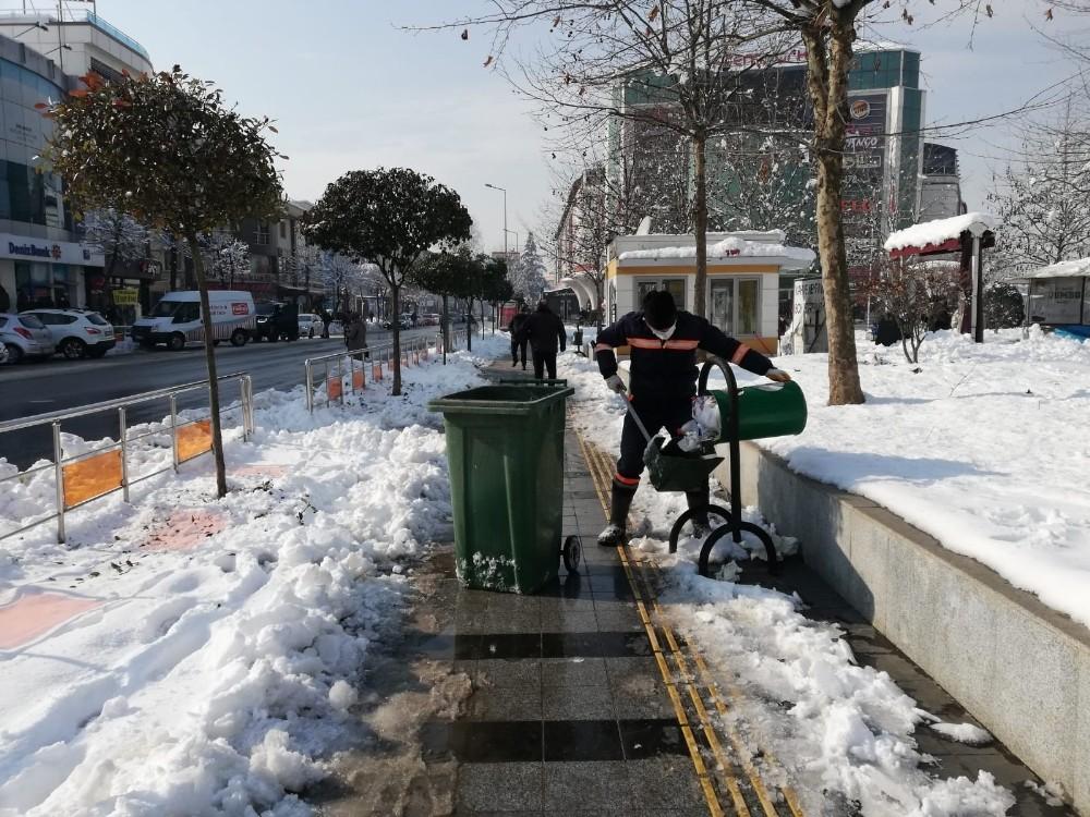 Düzce'de kar temizlik çalışmasına engel olmadı
