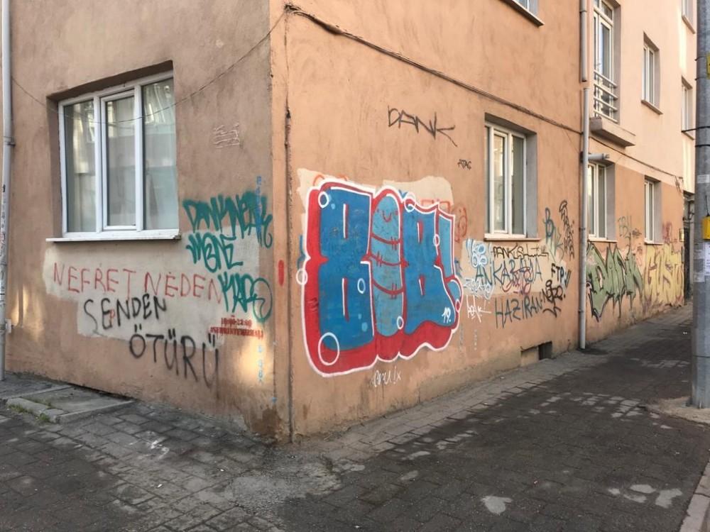 Eskişehir'de binaların duvarları karalama defterine döndü