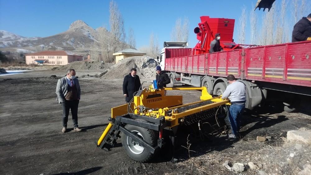 Fasulye hasat makinaları teslim alındı