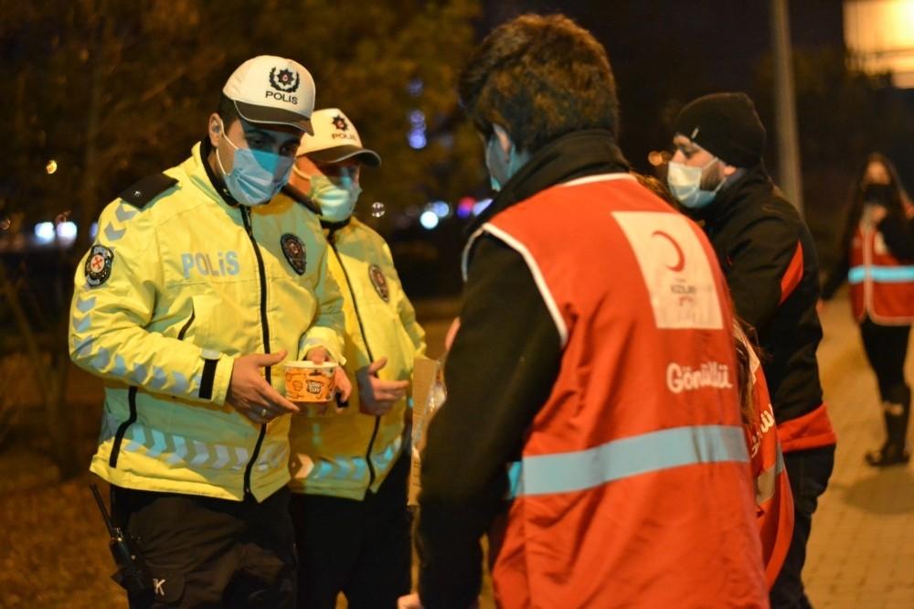 Genç Kızılay Gönüllüleri'nden kısıtlamada görev yapan ekiplere sıcak çorba ikramı