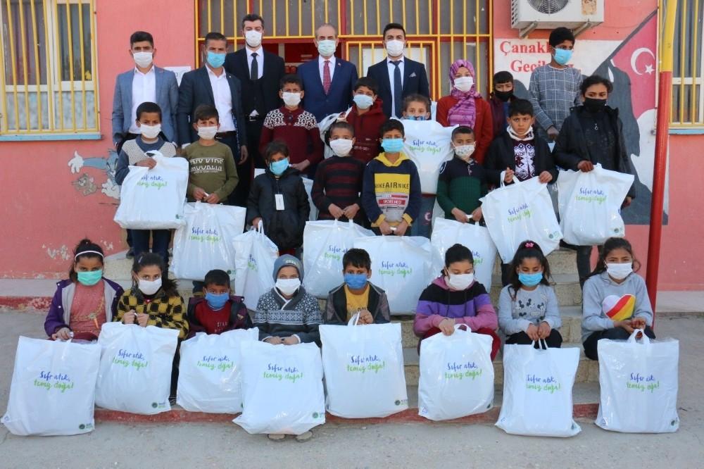 İhtiyaç sahibi öğrencilere kışlık giyecek desteği