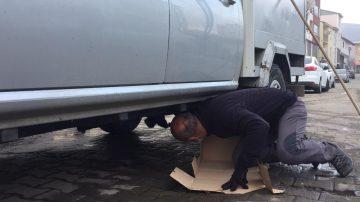 Isınmak için girdiği araç altında sıkışan kedi kurtarıldı