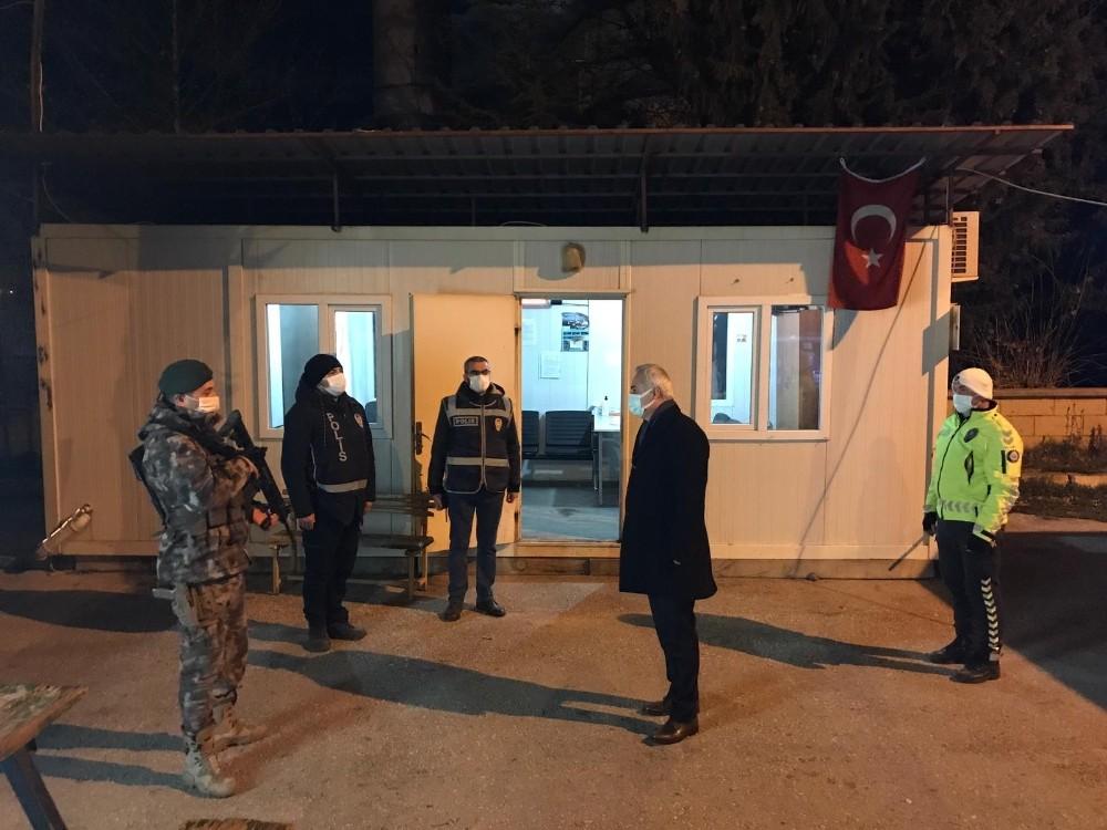 Isparta Valisi Seymenoğlu, yeni yıla görev başındaki kamu personelleriyle birlikte girdi