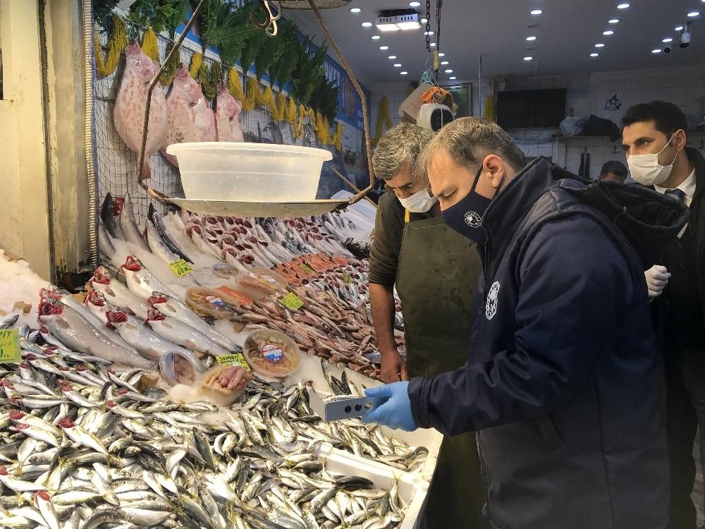 İstanbul'da balık tezgahlarında hamsi boylarına denetim