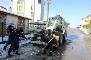 İzmit Belediyesinden kar ve buz temizleme mesaisi