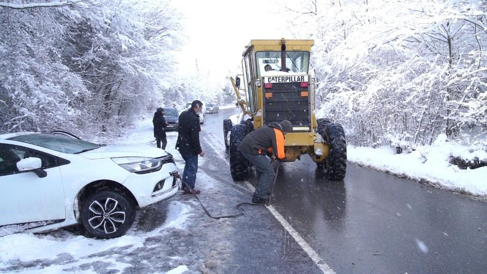 Kaza yapan aracı ekipler kurtardı