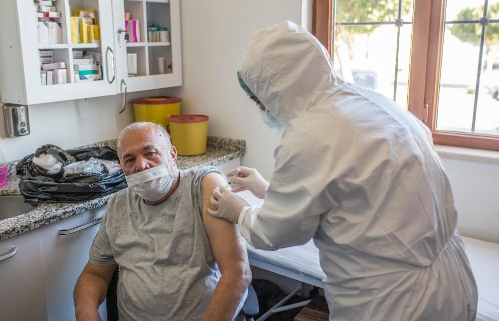 Kepez'de huzurevi sakinlerine Covid aşısı