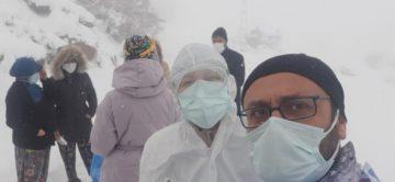 Kepsutlu sağlıkçılar kar altında zorlukla görev yapıyor