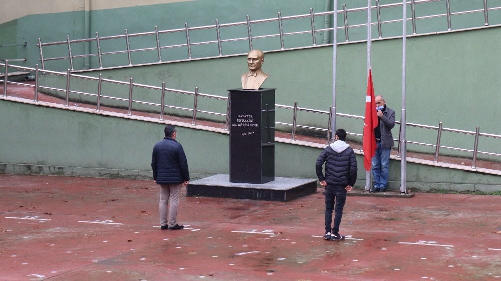 Kocaeli'deki bayrak törenine, vatandaşlar da kaldırımlardan eşlik etti