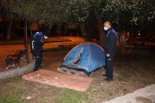 Kuşadası'nda soğuk havada sokakta kalan vatandaşlara belediye yardım elini uzattı
