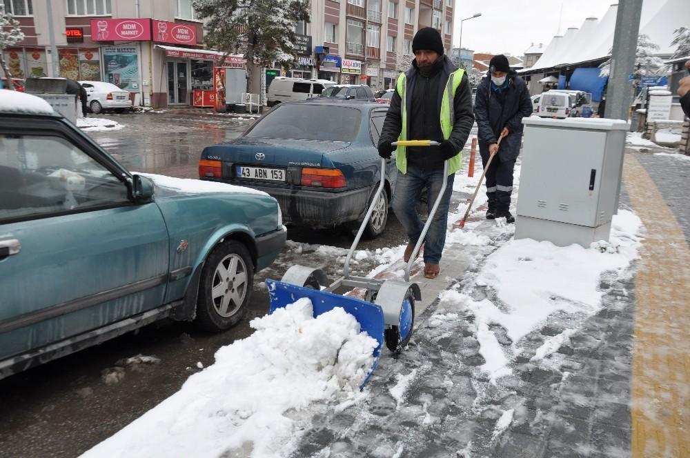 Kütahya'da karla mücadele ekipleri 24 saat esasına göre çalışıyor