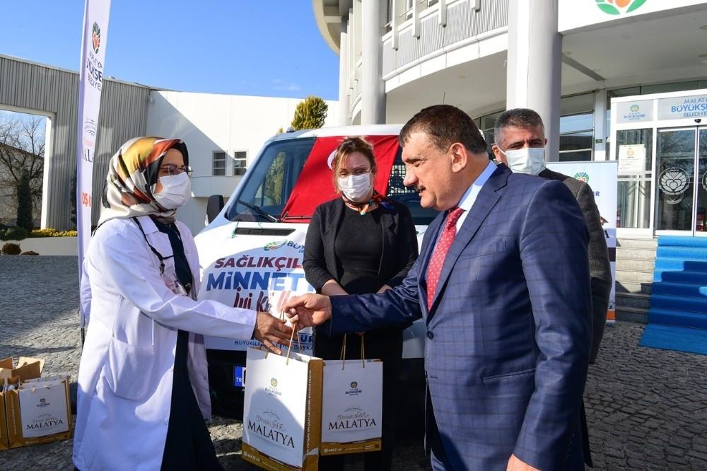 Malatya Büyükşehir Belediyesi'nden sağlıkçılara hediye paketi