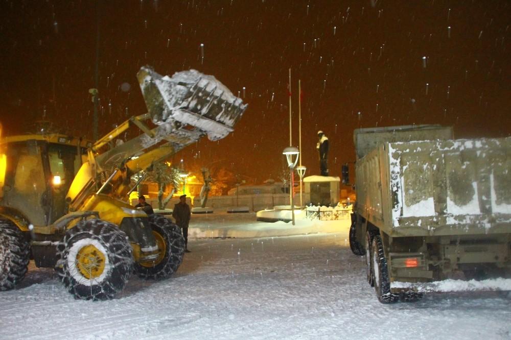 Malazgirt Belediyesinden kar temizleme çalışması