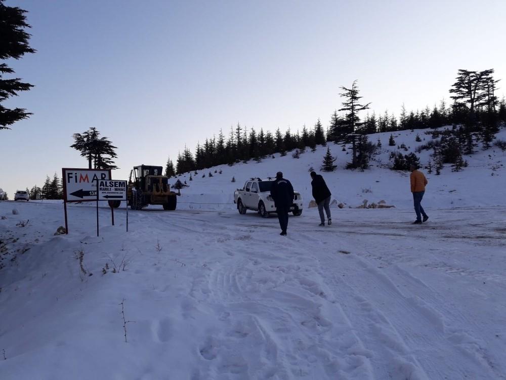 Mersin'de karda mahsur kalan 12 kişi kurtarıldı