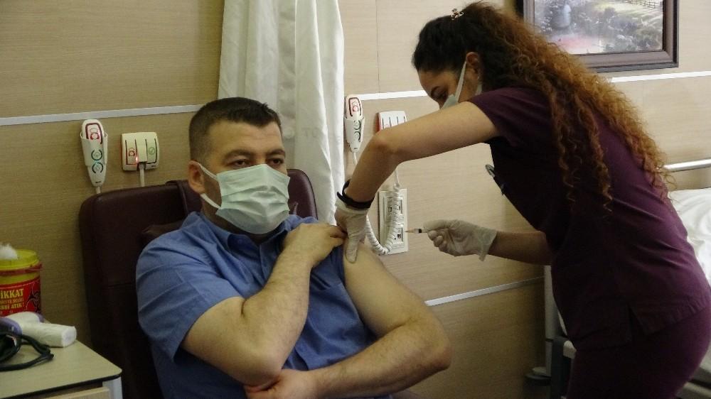 Muş'ta sağlık çalışanlarına ilk korona virüs aşısı uygulandı
