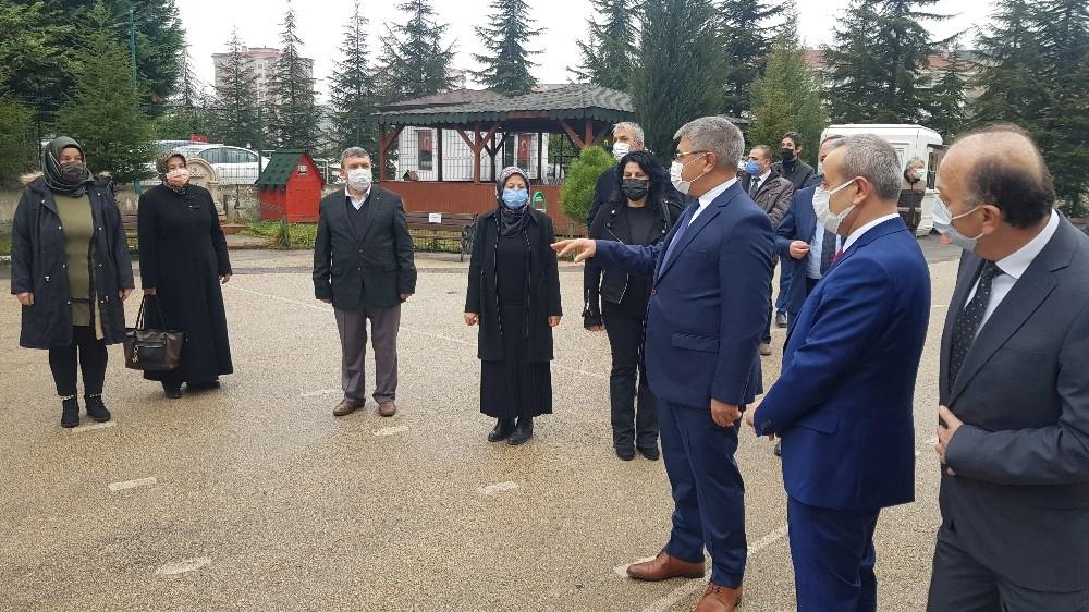 Okul bahçelerinde İstiklal Marşı sesi yükseldi