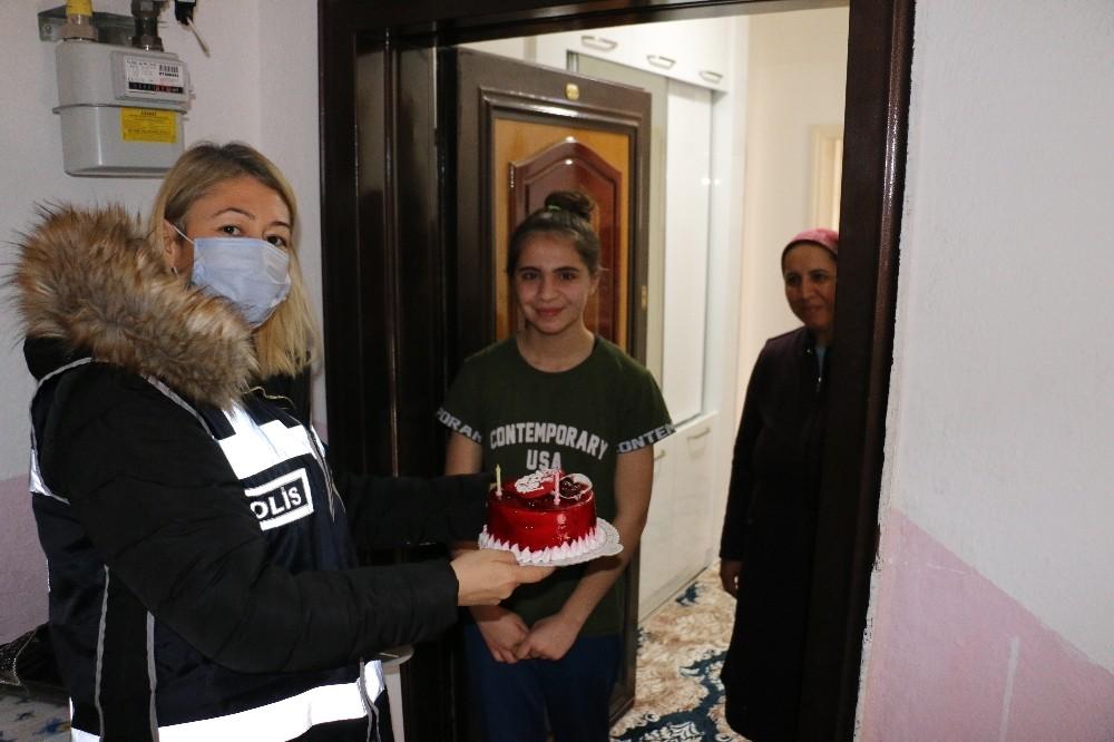 Polis olmak isteyen genç kıza, polislerden sürpriz doğum günü kutlaması